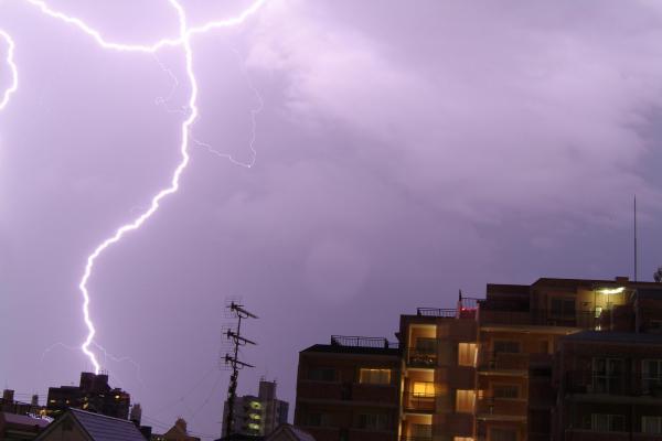 博多の夏の夜空を走る稲妻=2004年7月10日