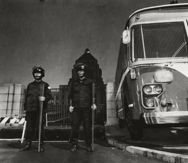【1969年10月20日】4回目の国際反戦デーに合わせ、国会議事堂前で24時間警戒に当たる警官と警備車両。佐藤栄作首相11月訪米を控え「安保廃棄」「沖縄の即時無条件返還」を要求する大規模な集会やデモが計画され、東京では過激派集団のゲリラ活動も予想されるため、警視庁が大がかりな警備態勢を敷いた