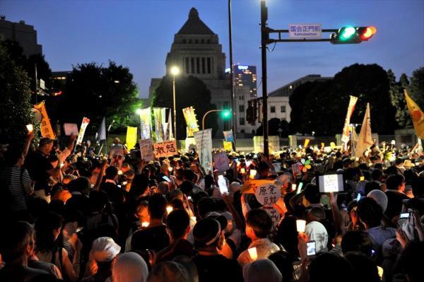 【2012年7月29日】ろうそくやペンライトを手に、国会前で「再稼働反対」の声を上げる参加者たち