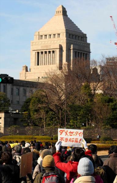 【2009年1月5日】国会に向かってデモ行進する派遣村の人たち=東京・霞が関、杉本康弘撮影