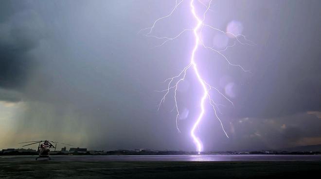 大阪空港の滑走路付近で落雷があり、ごう音がとどろいた=2012年8月17日