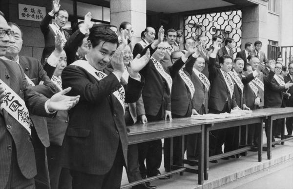 【1972年11月8日】靖国神社法の制定などを要求する全国戦没者妻の会の請願デモが国会に繰り込み、タスキがけの自民党議員約30人が拍手で出迎えた