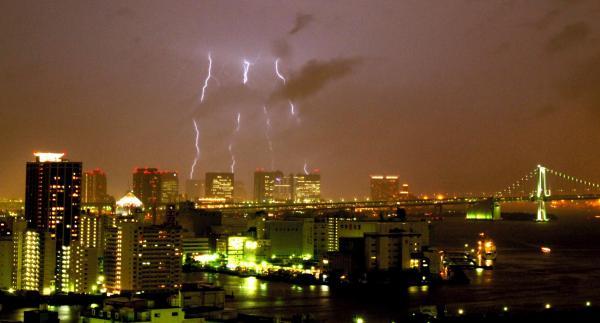 雨とともに都心に落ちる4本の稲妻=2005年8月23日(10秒間露光)