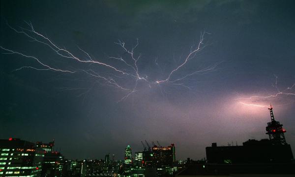 大阪・中之島で見られた稲妻=1998年8月25日