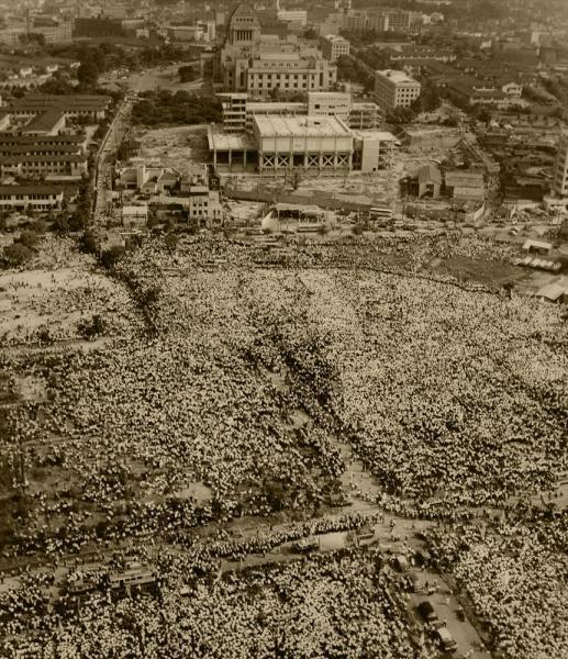 【1960年6月18日】安保阻止の国民大会で、三宅坂の国立劇場予定地を埋める大群衆