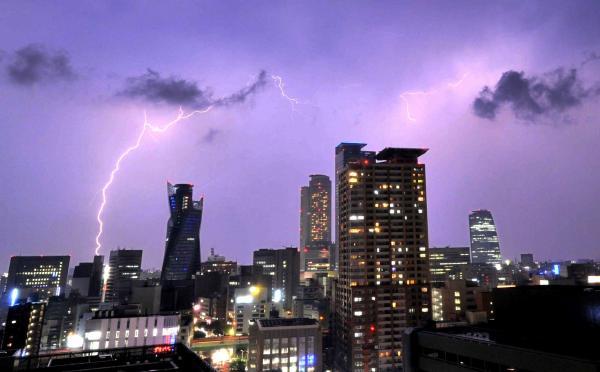 名古屋市上空で見られた稲妻=2012年5月17日