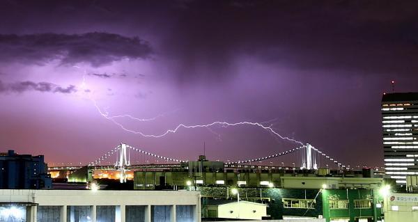 レインボーブリッジ付近に稲妻が光った=2014年5月22日、東京・築地から、矢木隆晴撮影