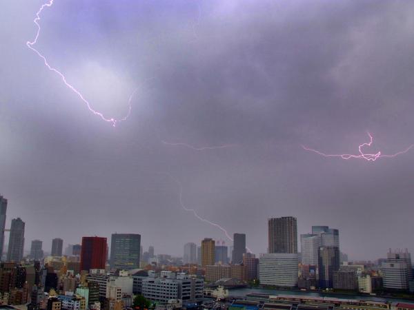 雷雨に伴い東京上空を走る稲妻=2007年4月28日