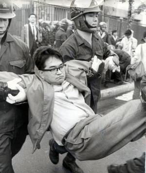 国会議事堂の南通用門前に座り込みをし、機動隊員に排除される安保拒否百人委員会のメンバーで評論家の鶴見俊輔さん=1970年6月21日、東京・霞が関