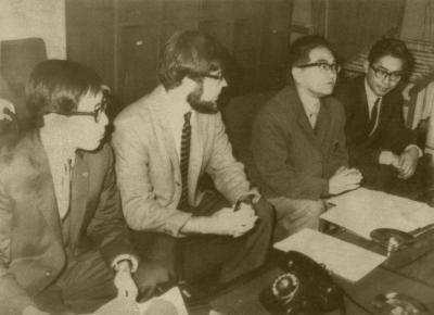 記者会見するベ平連(ベトナムに平和を!市民連合)の鶴見俊輔さん(右から2人目)ら。米軍岩国基地の核貯蔵疑惑が国会で取り上げられた直後に基地所属の反戦兵士4人が本国に強制送還された問題をめぐり、「核(貯蔵)の疑惑は深まるばかり」と語った=1971年11月26日、山口県岩国市