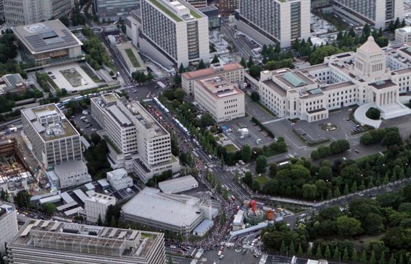 【2012年6月29日】首相官邸や国会議事堂周辺で大飯原発再稼働へ反対する「脱原発デモ」が開催され、大勢の人たちが集まった