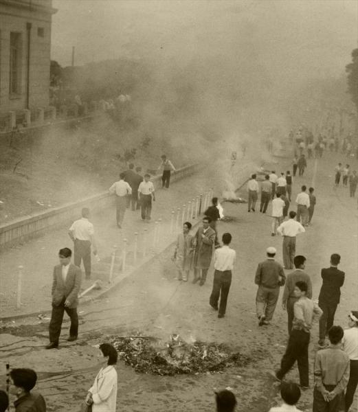 【1960年6月19日】安保反対デモ後片付けのたき火