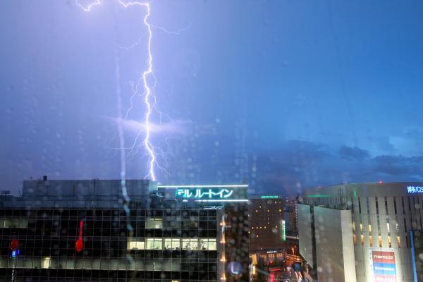 福岡市内で見られた稲妻=2012年8月22日