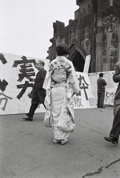 【1968年3月28日】学園紛争で東京大学の卒業式が中止になり、晴れ着姿でぼうぜんとする女子卒業生