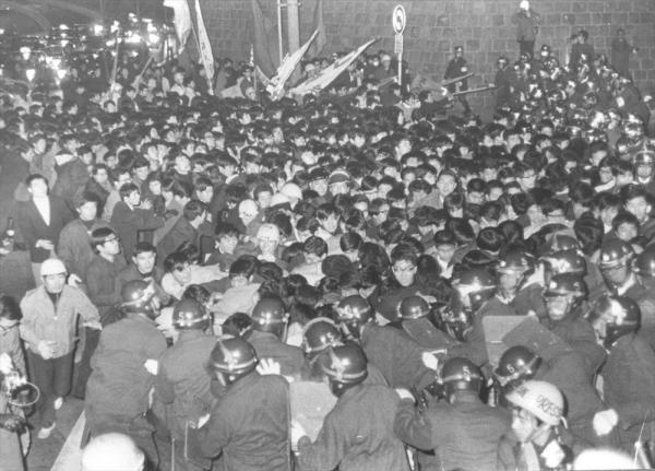 【1968年1月17日】アメリカの原子力空母「エンタープライズ」などの原子力艦艇の長崎県・佐世保港への入港が目前に迫り、「1・17エンタープライズ寄港阻止、ベトナム反戦青年学生総決起集会」「エンタープライズ寄港に反対する市民学生有志集会」の参加者が霞が関周辺をデモ、首相官邸や国会方面に向かおうとしたため、機動隊が規制した