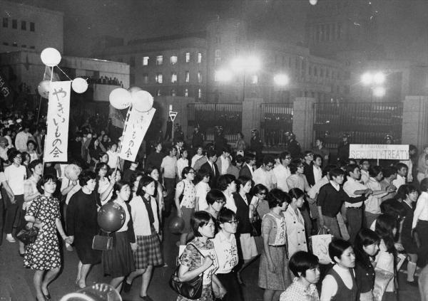 【1970年6月23日】日米安全保障条約が自動延長入りし、樺美智子さんが死んだ国会南通用門前をデモ行進するベ平連の夫人参加者たち