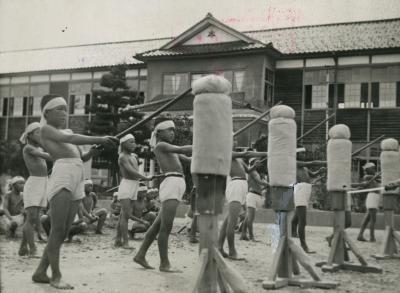 石川県・能見郡根上町の浜国民学校で行われていた「米英撃滅訓練」=1943年