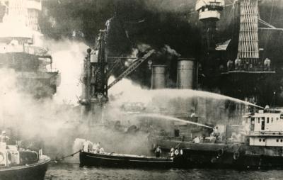 真珠湾攻撃で炎上する米戦艦ウエストバージニア=1941年12月8日