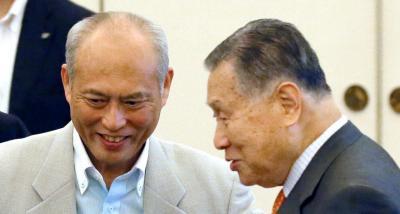話をしながら席に着く東京都の舛添要一知事(左)と森喜朗氏=2015年7月7日