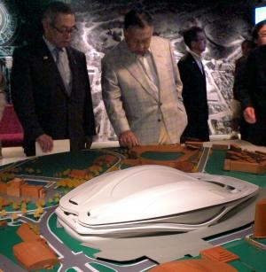 新しい国立競技場の模型を見る森喜朗氏(右)=2013年8月5日