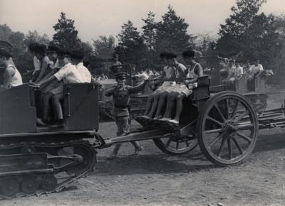 一日入営で牽引車に乗ったこどもたち=1939年10月15日、東京・世田谷の野戦重砲隊