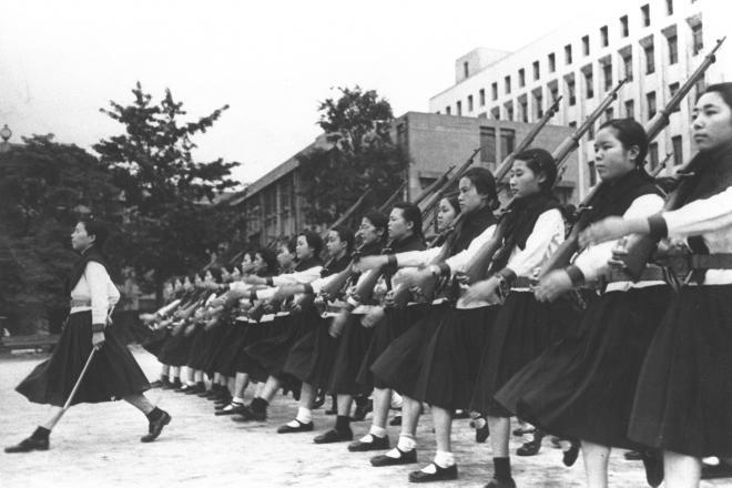 校庭で教練を実施する大阪の大手前高等女学校=1938年7月1日