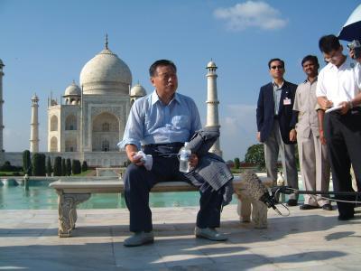 インドの古都アグラでタージマハルを見学する森喜朗氏=2000年8月25日