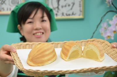 ラグビーボールの形が特徴的なメロンパン。中には自家製クリームがぎっしり