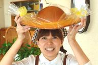 高知名物「永野旭堂本店」の直営店で作った直径約38センチの特大ぼうしパン=高知市永国寺町