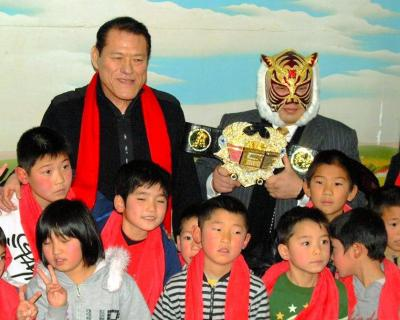 福岡市の児童養護施設を師匠のアントニオ猪木さん(左)と慰問する、初代タイガーマスクの佐山聡さん=2011年1月25日