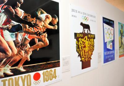 短距離走者を使った亀倉雄策さんの東京五輪ポスター(左)