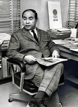 グラフィック・デザイナーの亀倉雄策さん=1961年12月1日