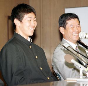 笑顔で報道陣の質問に答える横浜高の松坂大輔投手。右は渡辺元智監督=1998年11月5日