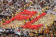 「甲子園名物」として人気のあるPL学園の人文字=2003年8月10日、兵庫県西宮市の阪神甲子園球場で
