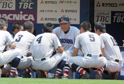 選手を座らせて話す横浜の渡辺元智監督=2015年7月27日