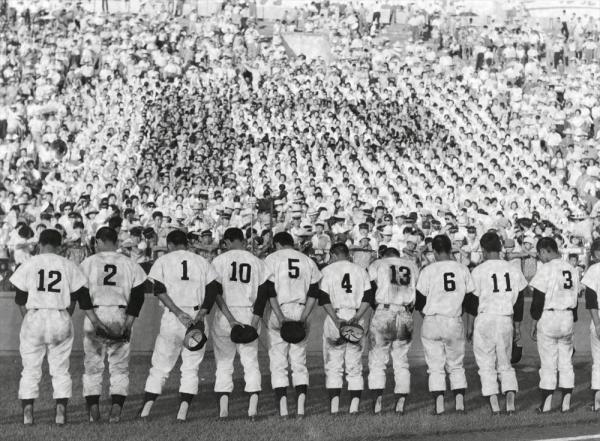 第44回全国高校野球選手権大会 第7日 2回戦 第3試合 PL学園-日大三 スタンドの応援団にあいさつをする敗れたPL学園の選手たち=1962年8月16日