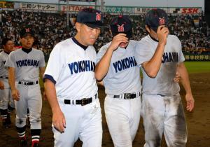 応援団にあいさつしたあと、ベンチへ引き揚げる渡辺元智監督と横浜の選手たち=2006年8月6日