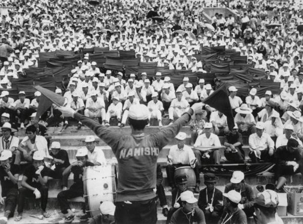 第43回全国高校野球選手権大会 スタンドで応援リーダーの手旗信号に合わせ、浪商のイニシャル「N」の人文字を描く浪商の応援団=1961年8月1日