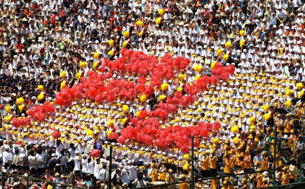 PL学園―雪谷アルプススタンドのPL学園の人文字=10日、兵庫県西宮市の阪神甲子園球場で=2003年8月10日