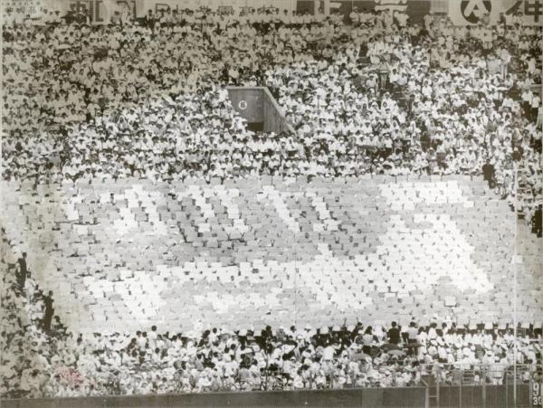 第52回全国高校野球選手権大会 高松商-PL学園 人文字で日本列島と「オオサカ」を描き出したPL学園の応援団=1970年8月19日