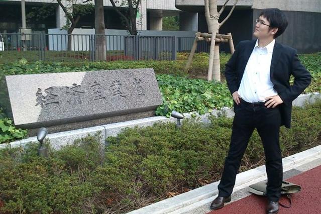 経産省を退職した2012年9月28日、庁舎前で記念撮影する宇佐美典也さん=本人提供