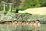 沖ノ島で大海原に向かって手を合わせる神職たち=2010年9月3日