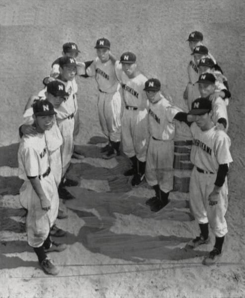 第38回全国高校野球選手権大会 富山県代表として北陸大会出場が決まり、滑川のイニシャル「N」の形を人文字で作る滑川の選手たち=1956年7月28日