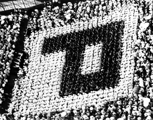 開会式の日の第2試合に出場するPL学園の応援団は、開会式が始まる前から1塁側アルプス席に陣どり、鮮やかな「P」の人文字を描いた=1962年8月10日