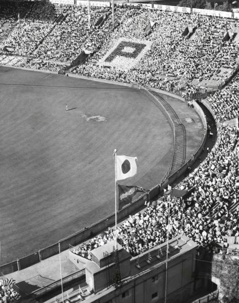 第44回全国高校野球選手権大会 第7日 2回戦 第3試合 日大三-PL学園 6回表を迎えた満員の外野スタンド。スタンドに見える「P」の人文字はPL学園の応援団席=1962年8月16日