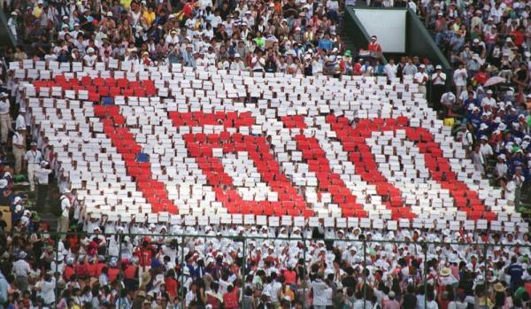 人文字が鮮やかに描き出された大阪桐蔭スタンドのアルプス席(写真は2002年8月9日撮影)