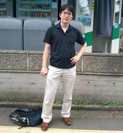 入省6年目の29歳、東京大学での会議終了後に構内で「ちょっとかっこつけて」記念撮影した宇佐美典也さん=本人提供