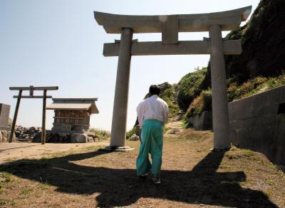 沖ノ島の沖津宮の参道を上がる神職=2010年6月2日