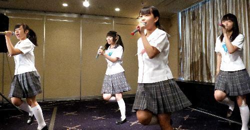 【2015年7月28日】日本外国特派員協会で歌を披露する制服向上委員会のメンバー