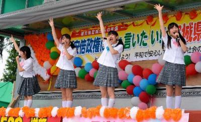 「ダッ!ダッ!ダツ! ゲンパツッ」と歌う制服向上委員会=2014年5月25日、仙台市青葉区